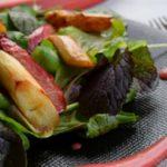 Spargelsalat mit Erdbeeren und Pflücksalat