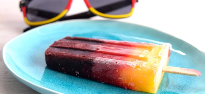 Wassereis selber machen als Deuschlandflagge mit Blaubeeren, Erdbeeren und Mango