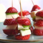 Gesunde Snacks für Kinder: Erdbeer-Mozzarella-Türmchen mit Basilikum