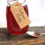 Selbst gemachter Erdbeeressig in der Flasche