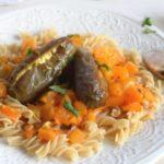 Pasta mit Auberginen, die mit Feta gefüllt sind an Tomatensauce.