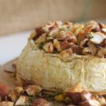 Cremiger Ofenkäse mit Nüssen und Rosmarin