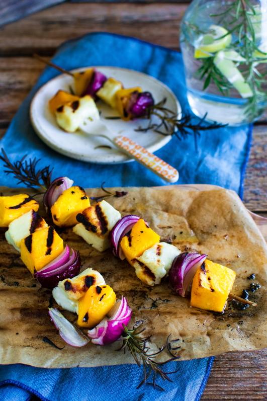 Gemüsespieße auf Rosmarinzweig mit Halloumi und Mango