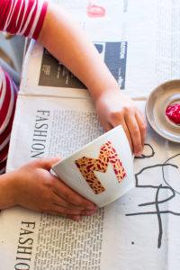 Tasse zum Bemalen mit Klebestreifen Abkleben