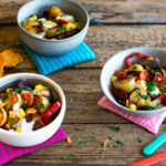 Mexikanischer veganer Kartoffelsalat ohne Mayo aus dem Ofen mit Tortilla Chipa