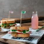 Italienisches Sandwich mit Pesto, Schinken, Mozzarella und Tomate. Familienessen.de