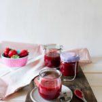 Erdbeer-Rhabarber-Marmelade ohne Gelierzucker einfach selber machen. Kinderleichtes Marmeladen-Rezept für ein schnelles Geschenk aus der Küche.